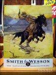 画像1: ブリキ看板 スミス&ウェッソン 馬上の銃撃戦 (1)